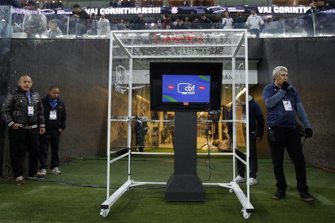 __CBF libera e telespectador poderá acompanhar imagens do VAR__ (Daniel Vorley/Folhapress - 1/8/2018)
